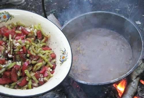 5. Как только картофель уже размягчится, - добавим нашу овощную смесь. Перемешаем, и только теперь на свой вкус солим, перчим, добавим специи.