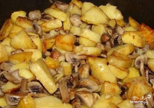 8.Жареный картофель выкладываем в сковороду с грибами и луком. Солим, перчим по вкусу. Перемешиваем все. Оставляем на плите еще на пару минут.