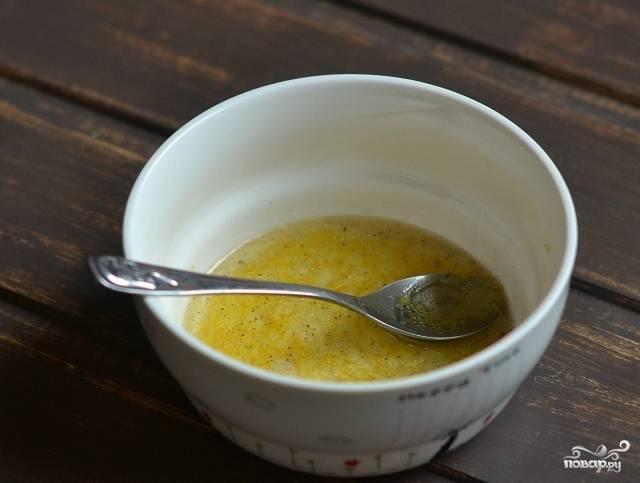 Смешать оливковое масло, уксус, сахар, соль и специи.