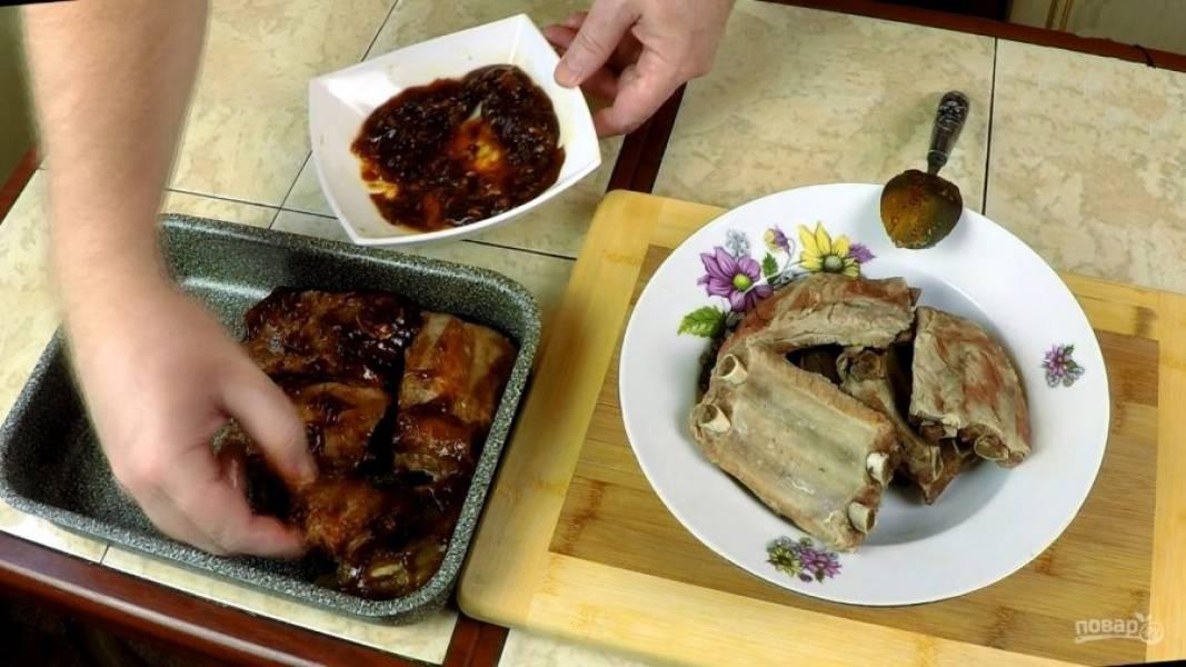 Обмазываем смесью каждый кусок ребрышек, выкладываем на противень и отправляем в разогретую духовку на 30-35 минут при 200 градусах.