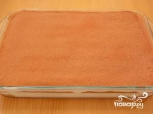 Присыпьте десерт какао. Некоторые любят использовать для этого тертый шоколад или же кофе. Поставьте тирамису на несколько часов в холодильник, чтобы десерт как следует пропитался. Подавайте порционно, разрезав десерт на кусочки.