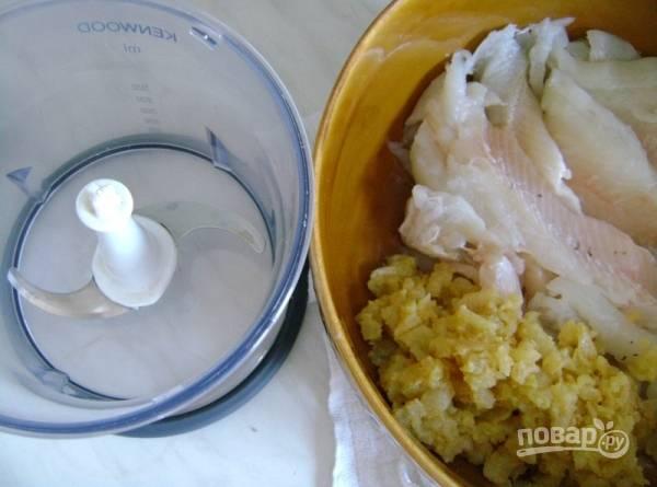 Репчатый лук чистим от шелухи, мелко нарезаем и обжариваем на сливочном масле до золотистого цвета. Затем добавляем муку и перемешивая жарим несколько минут.