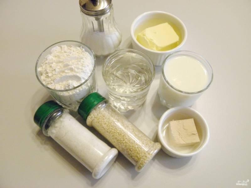 Подготовьте продукты для хлеба. Чтобы хлеб в итоге имел красивый вид, его нужно перед запеканием смазать молоком или растительным маслом, позаботьтесь об этом заранее.