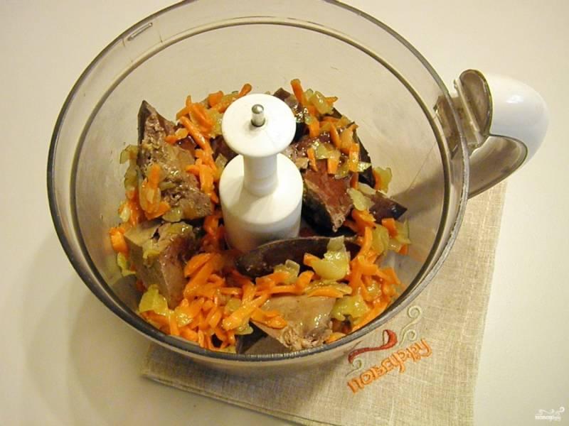 Готовую печень порежьте кусочками, сложите в чашу блендера, добавьте жареные овощи. Измельчите.