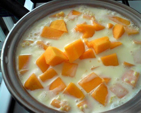 2. Затем добавим тыкву кусочками, и проварим еще 5-10 минут. перекладываем все это дело в горшочек для духовки. Саму же духовку прогреваем до 180 градусов.