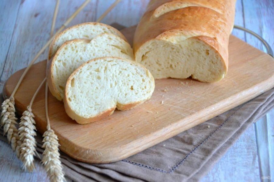 Покажу батон в разрезе, видно равномерную пористость мякиша, жаль, не передать аромат свежеиспеченного хлеба. Прекрасный вариант выпечки для завтрака выходного дня.