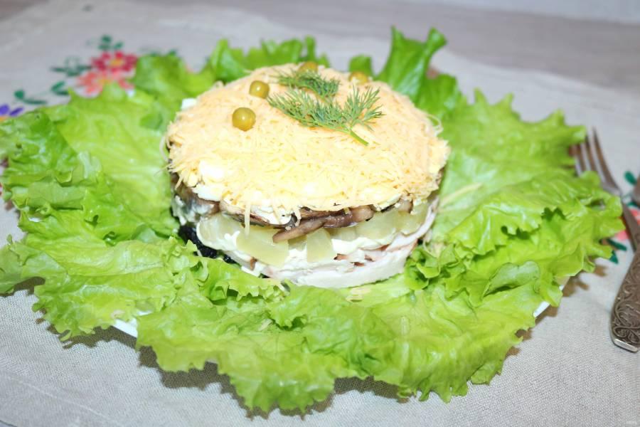 Салат с курицей, черносливом и ананасом