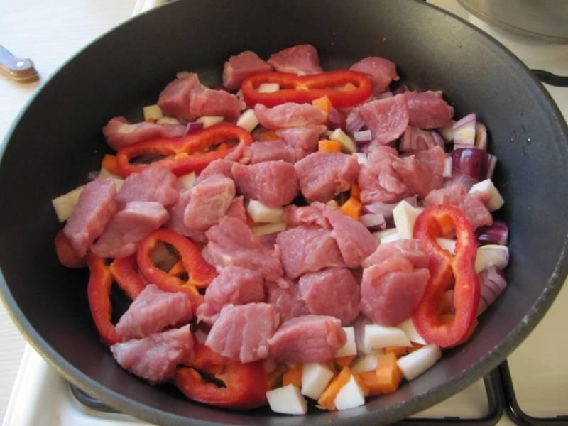 Отправляем тушиться мясо вместе с овощами.