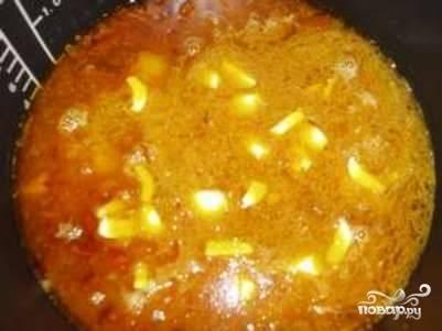 """Переложите мясо с овощами в чашу мультиварки, туда же добавьте чеснок, еще немного соли, перца и зиры. Залейте все горячей кипяченой водой так. Вода должна покрывать продукты на 1-2 см. Закройте крышку и выберите режим """"Суп"""" или """"Тушение"""".  Готовьте в течение 40 минут."""