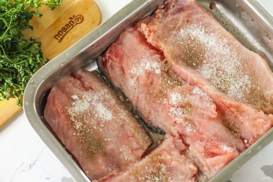Рыбу очистите от чешуи и внутренностей, тщательно промойте. Нарежьте порционными кусочками филе. Смешайте соль, сахар и черный перец. Натрите каждый кусочек смесью специй с обеих сторон и выложите в глубокую емкость. Поместите в холодильник на сутки.