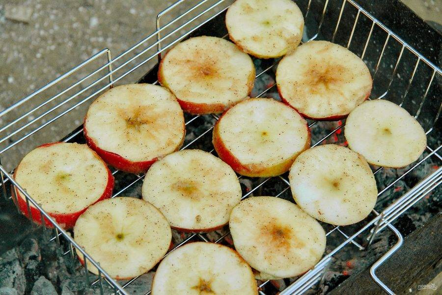 Выложите яблоки на решетку гриля и готовьте с двух сторон, перевернув один раз, пока они не станут мягкими.