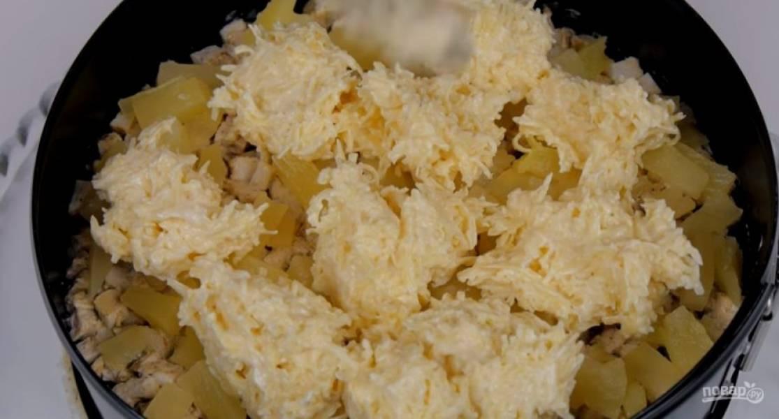 3. Нарезанную курицу смешайте с ложкой майонеза и выложите в форму, затем — оставшиеся ананасы. Тертый сыр соедините с майонезом и распределите равномерным слоем сверху. Накройте пищевой пленкой и поставьте в холодильник на 2-3 часа.