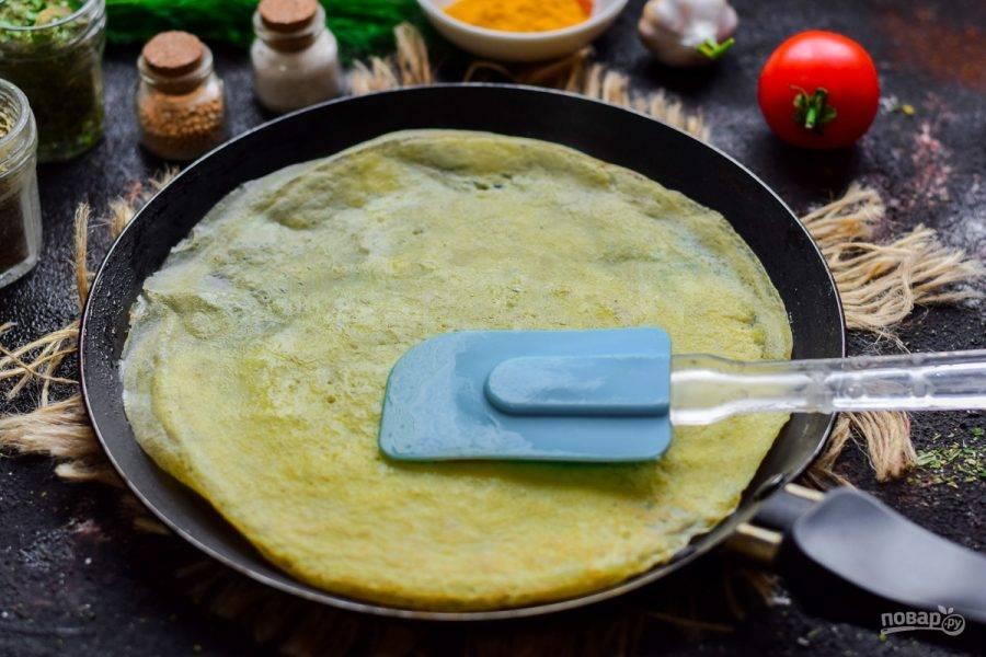 Сковороду разогрейте, смажьте слегка маслом, влейте яичную смесь. Жарьте тонкие блины с обеих сторон по 15-20 секунд.