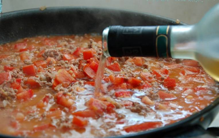 После этого добавьте вино и оставьте тушиться на полчаса.