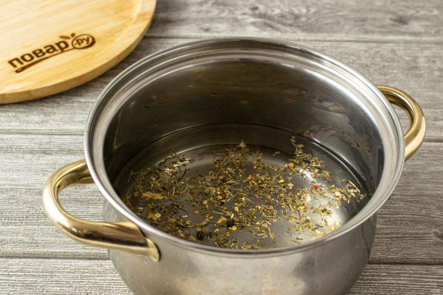 Для маринада вскипятите воду с сахаром, солью и всеми специями. В конце влейте уксус.