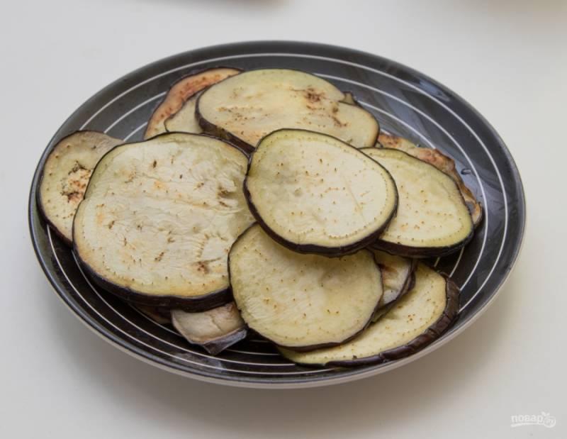 Обсушите баклажаны и обжарьте каждый кусочек с обеих сторон по паре минут. Жарить лучше либо вообще без масла, либо в небольшом количестве (потом излишки жира необходимо промокнуть салфеткой).