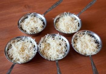 Будущий жульен поместите в формочки для запекания и присыпьте тертым сыром. Запекаем 5 минут (сыр расплавится) в разогретой до 220 градусов духовке.
