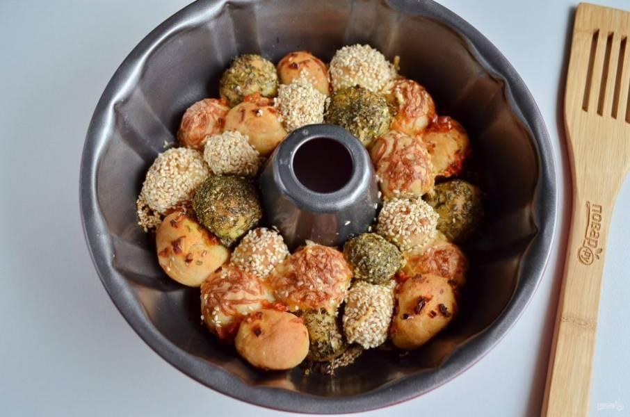 Выпекайте при 180 градусах минут 30-35, смотрите по своей духовке. Перед подачей полейте хлеб растительным маслом и посыпьте зеленью (у меня укроп). Приятного!