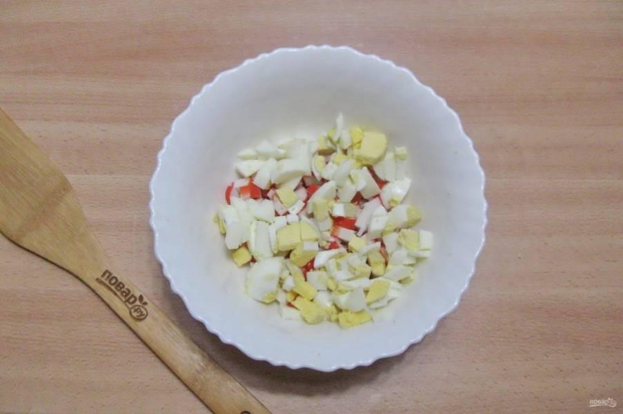 Яйца сварите вкрутую, охладите, очистите. Нарежьте и добавьте в салат.