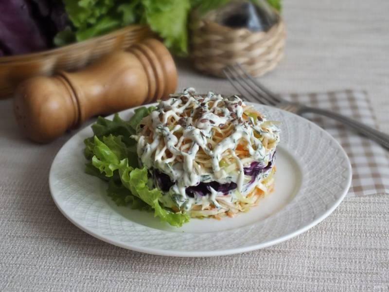 Полейте верх салата тонкими полосками заправки и присыпьте льняными семенами.