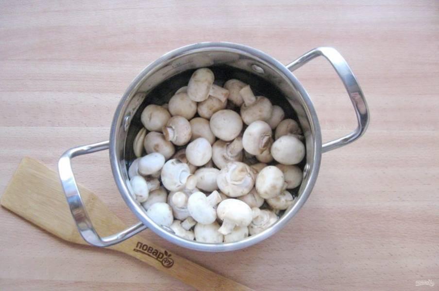 В горячий маринад выложите шампиньоны. Накройте кастрюлю крышкой. Через 5 минут грибы выделят много сока.