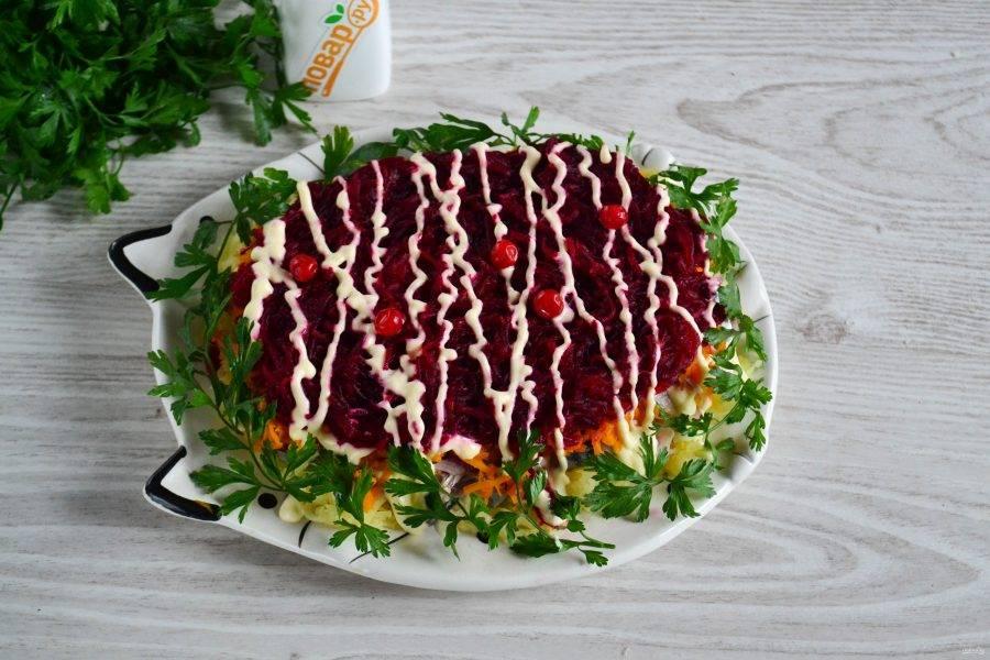По краю салата выложите зелень петрушки. Или же украсьте по своему усмотрению. Приятного аппетита!