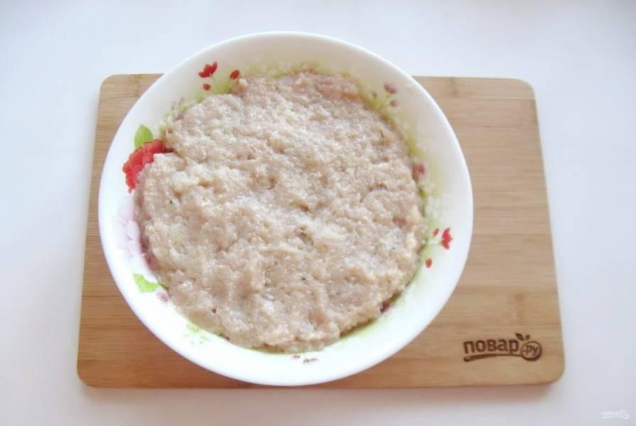 Приготовьте фарш. В любой мясной фарш (у меня свиной) добавьте измельченный репчатый лук. Налейте холодную, кипяченую воду. Посолите и поперчите по вкусу. После тщательно перемешайте.