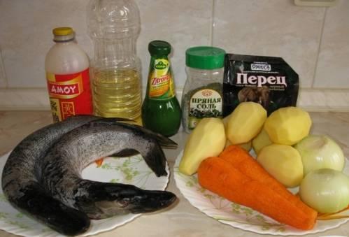 Для начала займемся рыбой. За ее специфический привкус тины щуку не любят. Вот именно поэтому лучше брать тушку среднего размера. Чтобы убрать неприятный запах, почистите и нарежьте рыбу кусочками, после чего замаринуйте в лимонном соке и оставьте на один час. Сюда же добавьте соль и перец.