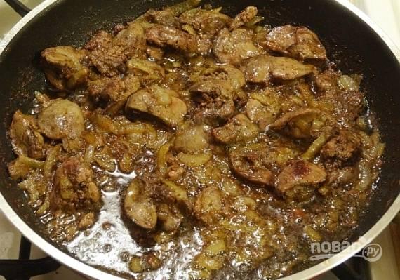 Готовую куриную печень с луком подаем к любому гарниру, но лучше к вареному картофелю.