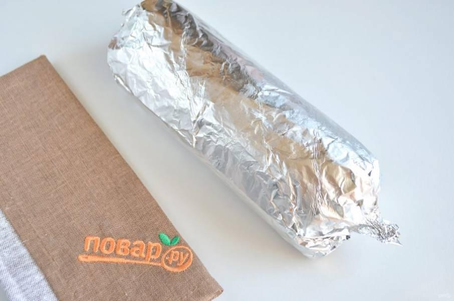 6. Осторожно, туго сверните салат в рулет. Фольга поможет придать форму, в таком виде уберите салат в холодильник на 5-6 часов минимум.