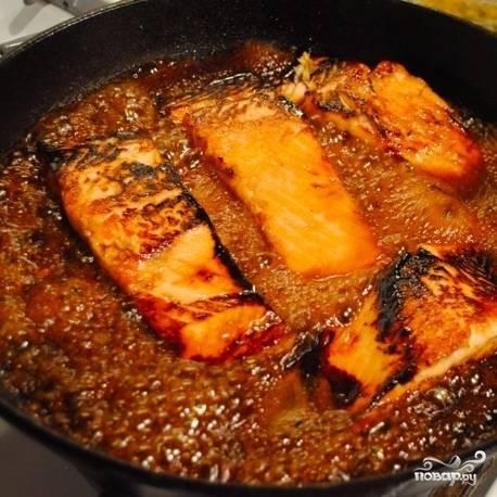Затем переворачиваем кусочки рыбы, в сковороду наливаем маринад, готовим еще 2-3 минуты.
