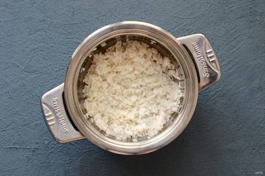 Смешайте рисовый уксус, сахар и соль. Влейте эту заправку в рис, когда он сварится.