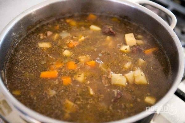 Отправьте овощи к мясу и тушите еще минут 40, по вкусу добавьте соль, перец и лавровый лист.