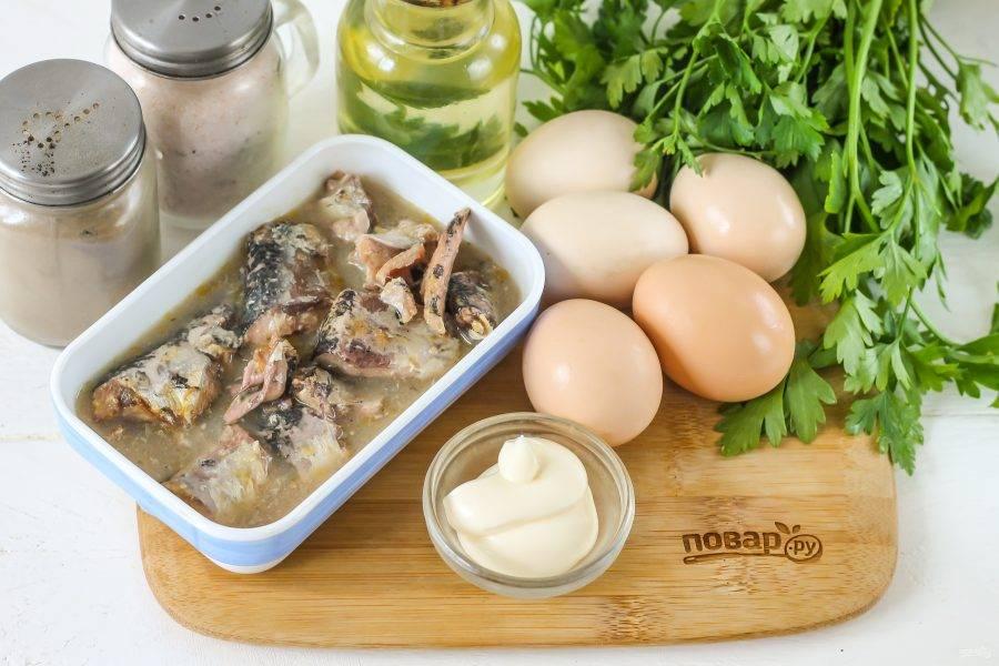 Подготовьте указанные ингредиенты. Куриные яйца отварите заранее в течение 15 минут, а затем остудите в ледяной воде.