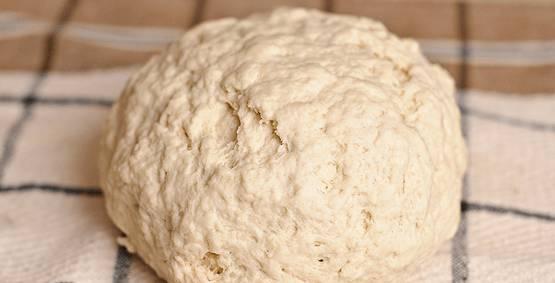 В муку добавляем кефир, хорошенько все замешиваем. В конечном итоге тесто должно иметь примерно такой вид.