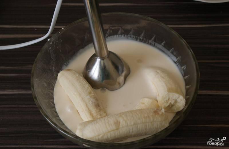 3. Взбиваем творог с ряженкой и сахаром (добавляйте его по вкусу), добавляем бананы, продолжаем измельчать массу блендером.