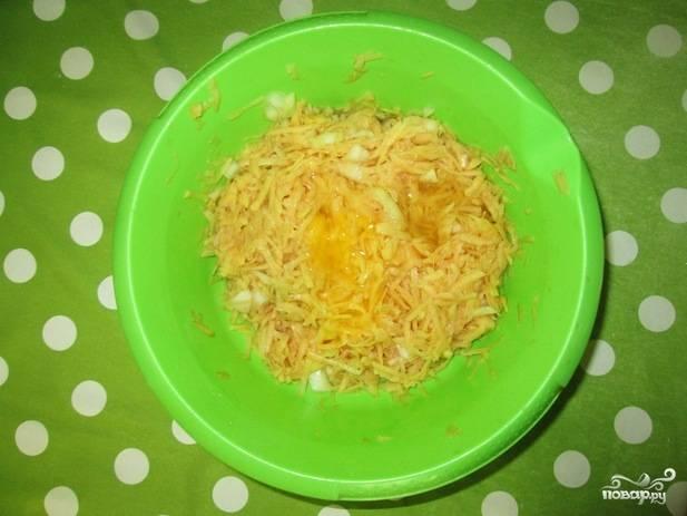 4. Добавьте лук, вбейте яйцо. Перемешайте картофельную массу как следует.