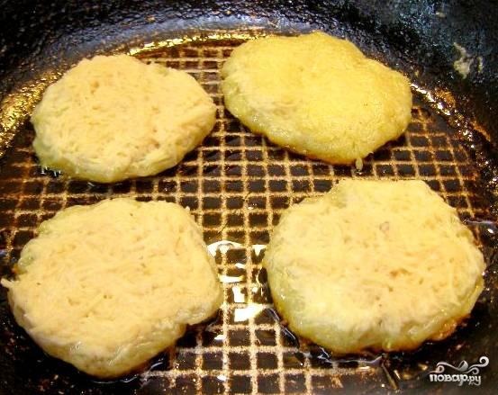 Нагреваем сковородку. Наливаем в неё подсолнечного рафинированного масла, выкладываем картофельные котлетки-оладушки. Масла не жалейте, иначе деруны могут подгореть или пересохнуть. Как вы понимаете, воду лучше не доливать, чтобы ничего не распалось.