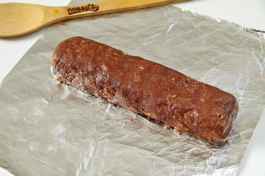 10. Получившуюся массу переложите на фольгу и сформируйте руками колбаску. Заверните фольгу и уберите колбаску в морозилку на 2-3 часа.