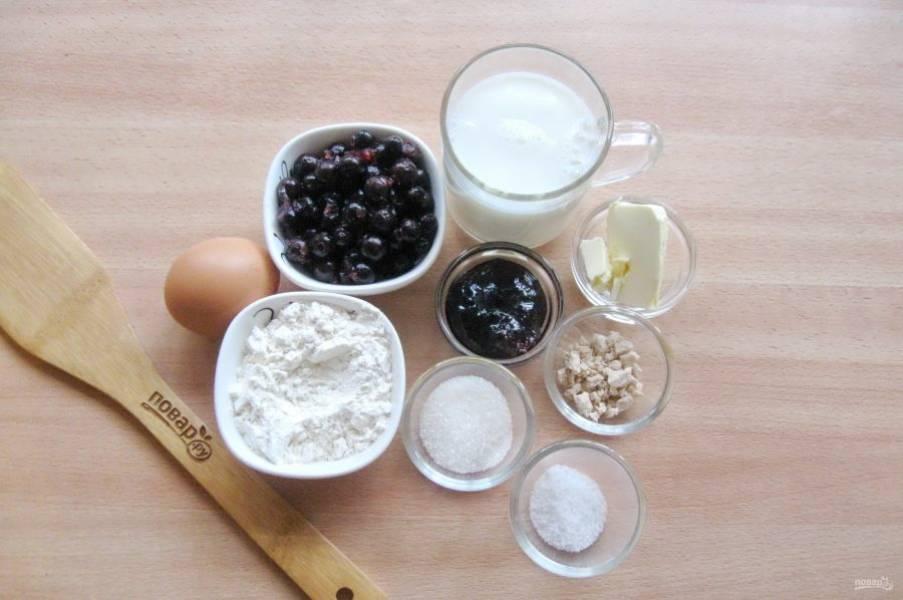 Подготовьте ингредиенты для приготовления булочек с ягодами.