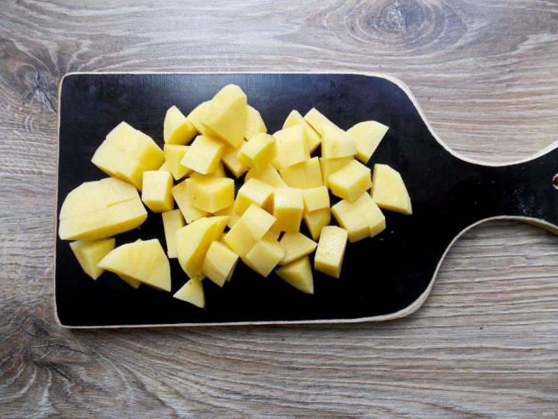 Картофель почистите, вымойте и нарежьте средним кубиком. Добавьте в кастрюлю с шашлыком, доведите до кипения и варите в течение 6-8 минут.