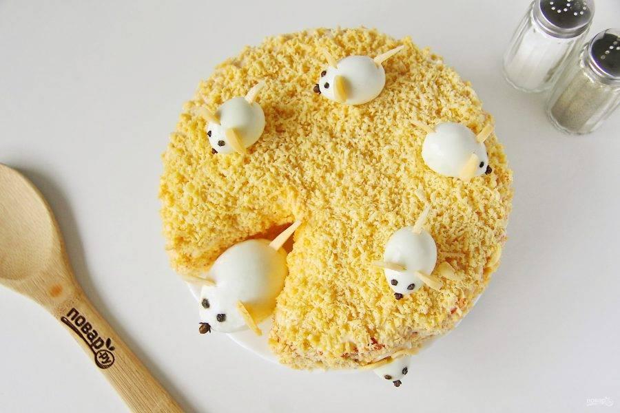 По желанию можно сварить заранее яйца и сделать из них мышат. Глазки я делала из перца горошком, ушки и хвост из сыра, а носики - бутоны гвоздики. Подойдут как куриные яйца, так и перепелиные.