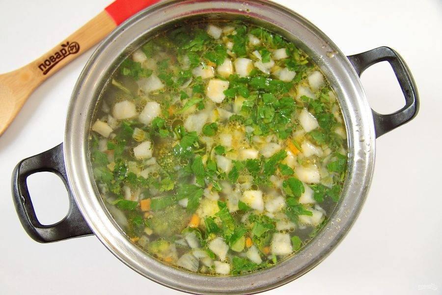 6. В конце добавьте свежую зелень и дайте супу настояться.