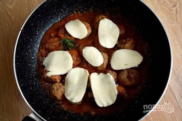 """Добавьте соус """"Маринара"""", веточку розмарина, тушите 2 минуты. Сверху положите ломтики моцареллы."""