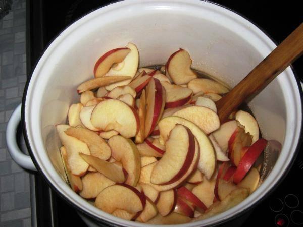 Кладем яблоки.