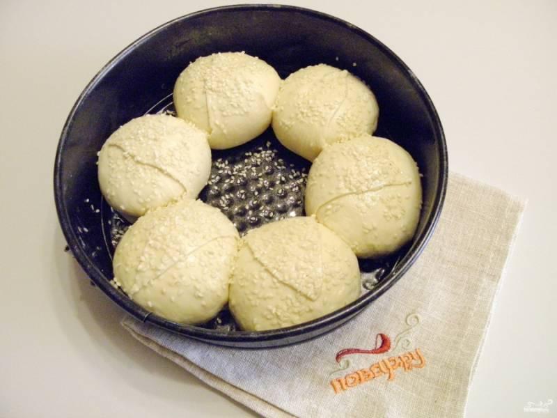 Сверху хлеб смажьте растительным маслом и посыпьте кунжутом. Дайте ему время для расстойки (15 минут) в тепле. После отправьте в духовку, разогретую до 180 градусов, минут на 35.