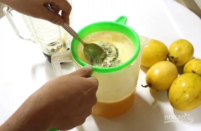 4. Готовый сок процедите через мелкое сито.