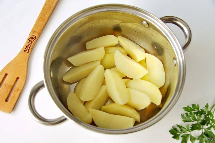 Отвар слейте, а картофелю дайте немного остыть.