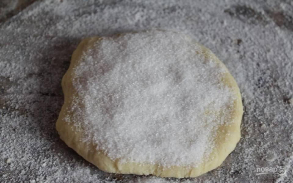 3.Руками разминаю тесто в лепешку, а затем посыпаю сахарным песком.