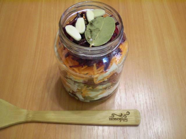Разложите по баночкам слоями овощи. Или просто в миске перемешайте, и салатом наполните банки. Банки должны быть стерильными.